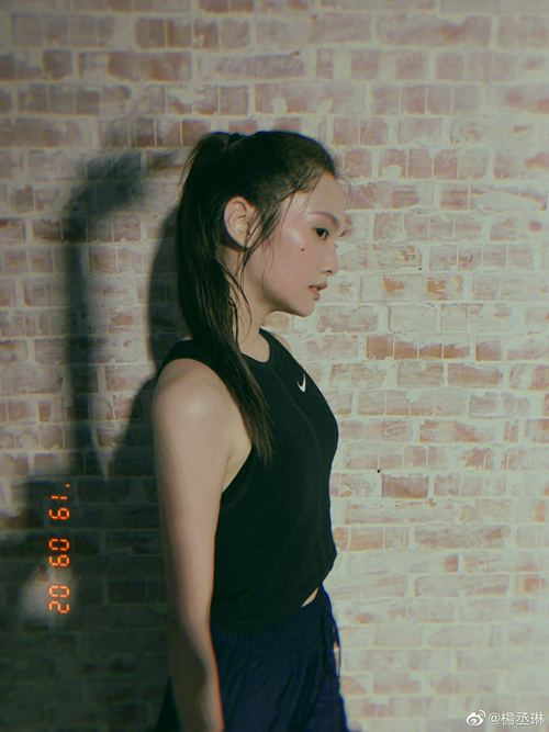 杨丞琳晒健身照大汗淋漓 黑色无袖运动造型尽显好身材