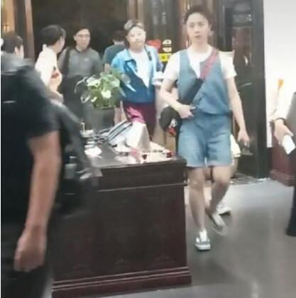 何炅黄磊夫妇约饭 孙莉素颜清纯看起来像二十几岁