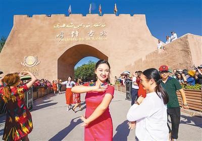 """中国人出门旅行已成寻常事 旅游商品焕发生命力 """"说走就走""""足迹遍全球"""