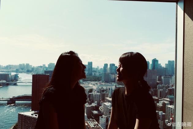 漂亮的人总是好朋友! 左小青晒与章子怡度假合照 阳光照耀下的侧颜十分精致