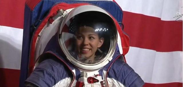 NASA公开新宇航服:红蓝白三色 未来可用于登月任务