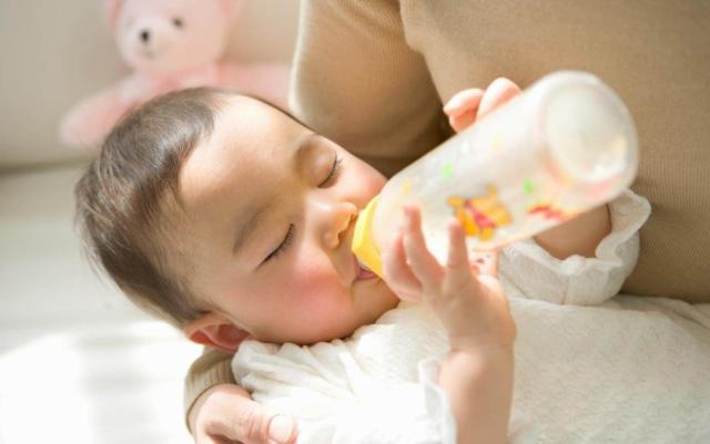 全国首部母乳喂养地方法规通过 六类公共场所须建母婴室 否则罚款