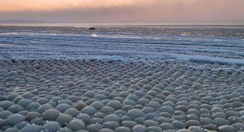 芬兰海滩万颗冰蛋令人称奇 罕见又壮观