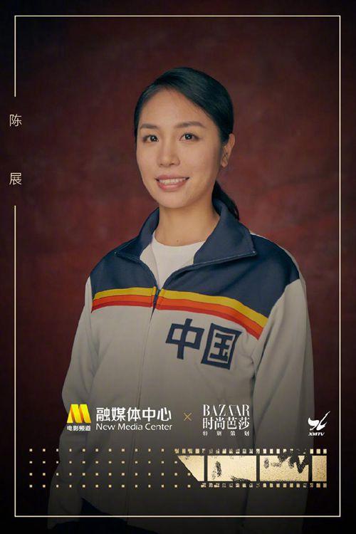 """皇冠歪网APP:《中国女排》演员写真曝光 女儿黑浪""""神回复再起""""青年郎平"""