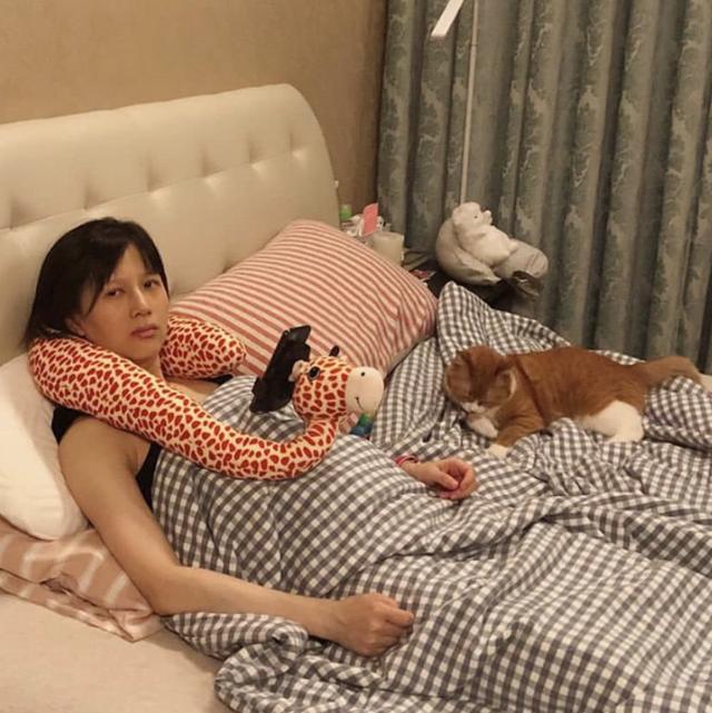 papi酱怀孕后首晒照秀老公礼物,素颜躺床上孕肚曝光