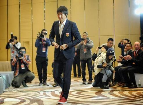 国足主帅李铁正式亮相 将国家队打造成作风优良的球队