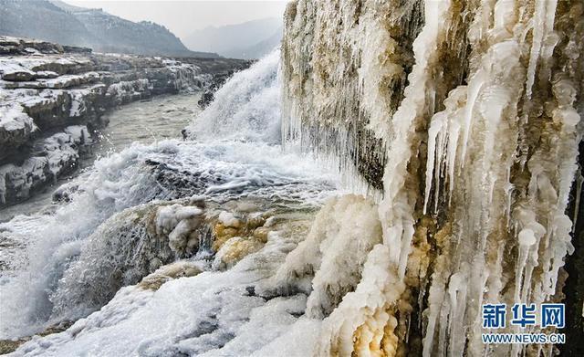 黄河壶口瀑布两岸形成冰瀑冰雕 吸引游人前往观赏
