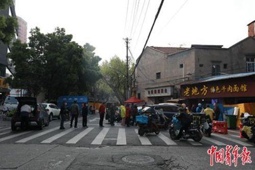 武汉解封首日 人们排长队等待热干面
