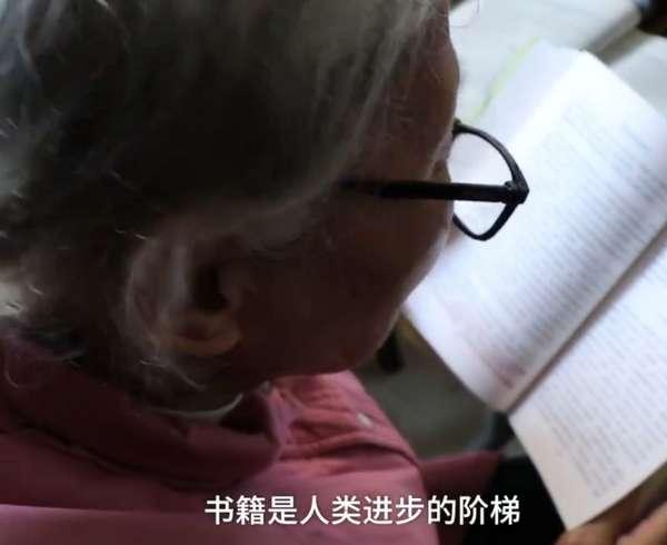 75岁学霸奶奶自考大学 每天制定计划学习 已通过9门