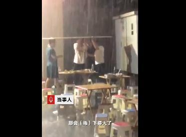 4男子聚餐突遇大雨 顶着广告牌吃饭2小时