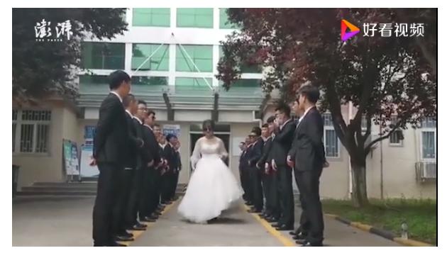 """毕业班男生给唯一女生备婚纱 称想让她享受""""公主待遇"""""""