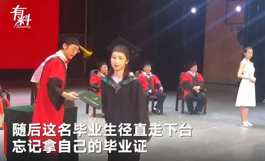 毕业生和院长开心合影领毕业证 接下来的一幕院长无奈了
