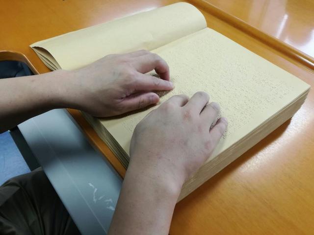 全国5名全盲考生参加高考 盲文试卷长什么样?
