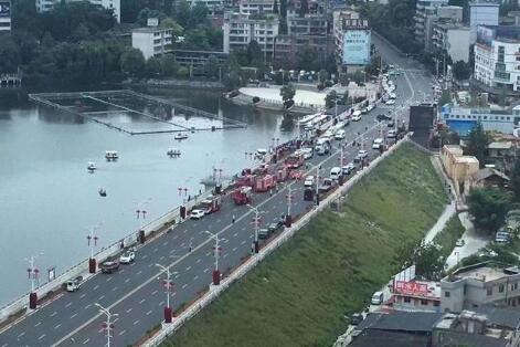 贵州一载有学生大巴车冲进水库 正在全力抢救 伤亡不明