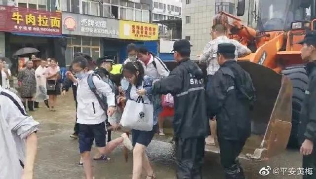 湖北黄梅近500名考生因暴雨被困 这辆特殊的车前来送考