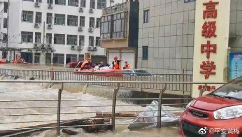 湖北黄梅近500名考生因暴雨被困 校内水深达1.6米