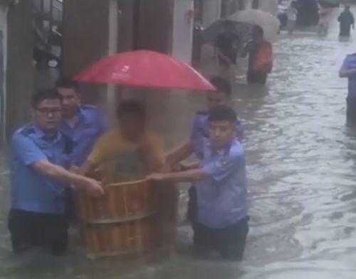 高考生坐澡盆被民警护送进考场!致敬警察叔叔
