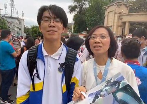 广州一考生一出考场就收到妈妈送的高达模型