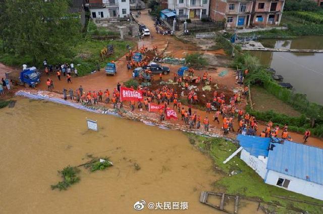 鄱阳湖沿线数千官兵抗洪抢险 可爱的人民子弟兵!