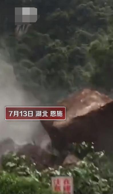 山体塌方巨石滚落男子淡定拍照 遇到泥石流怎么办?