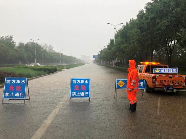"""北京暴雨黄色预警,故宫再现""""九龙吐水"""""""
