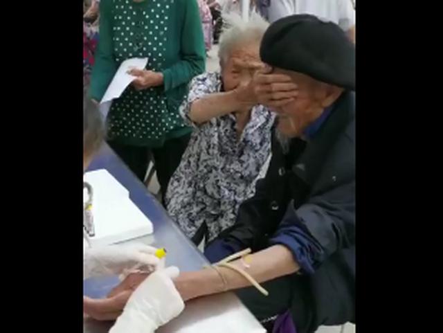 """98岁爷爷抽血100岁奶奶帮捂眼睛 网友:看懂了""""老来伴""""的真正含"""