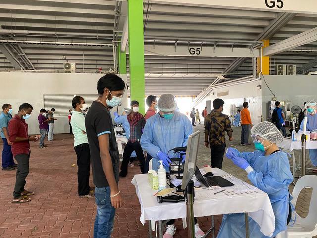 新加坡33万外籍工人感染比例超15% 每6.5人中就有1人确诊