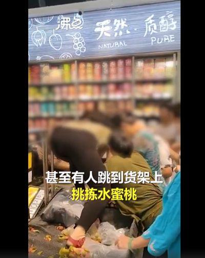 湖南一超市促销 大妈爬上货架哄抢