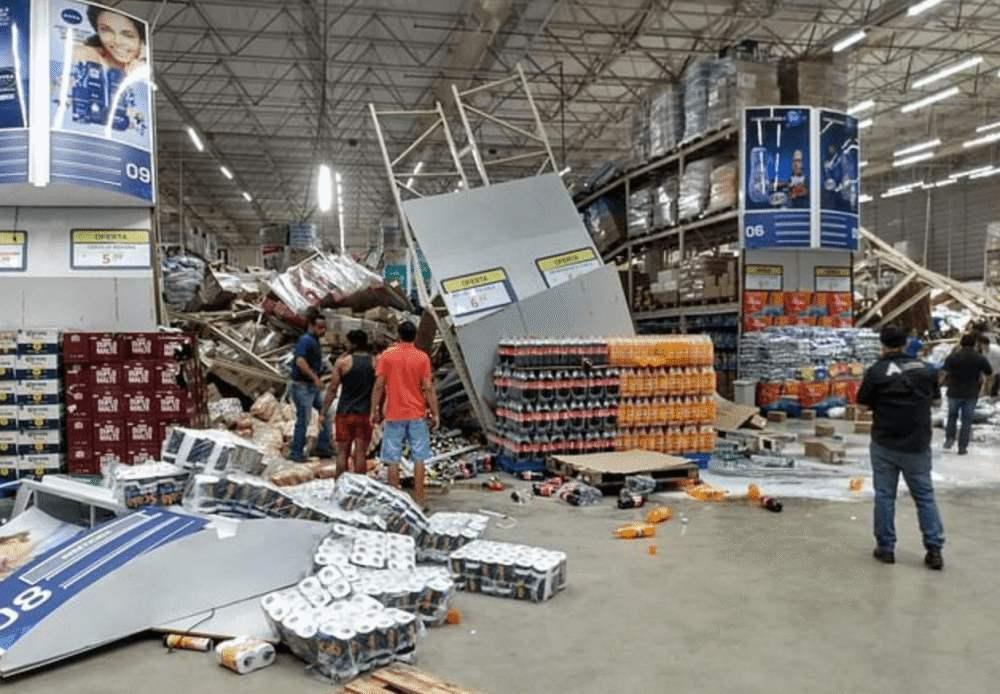 巴西一超市货架像多米诺骨牌连环倒塌,已致一人死亡