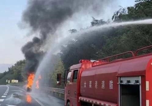 收费站回应消防车救火被收通行费 不符合免费车辆的要求