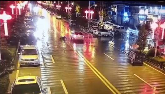 男子酒后站马路中间小便被撞飞骨折 网友:看着就疼!