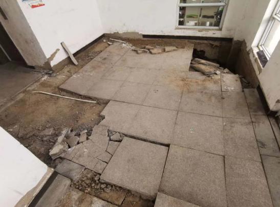 兰考县凤凰城小区二期楼房现倾斜及地面塌陷裂缝 住建局称倾斜率在规范范围之内